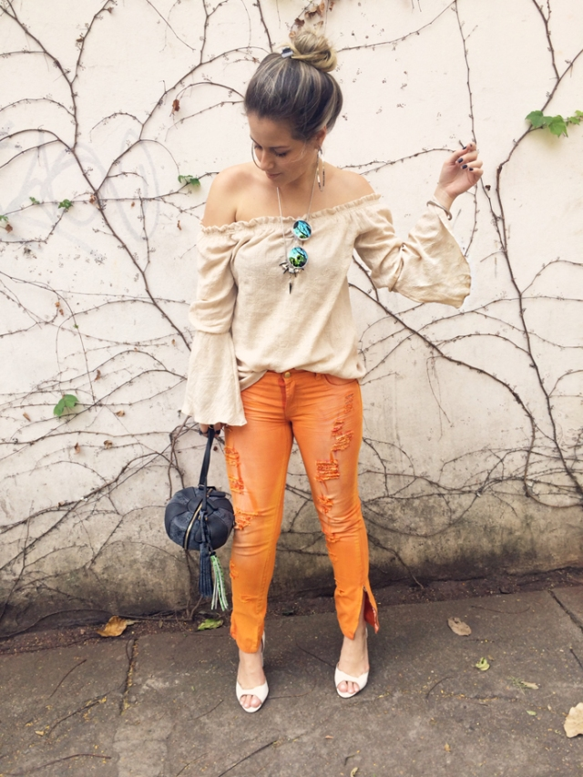 LOOK-DO-DIA-BLOG-SHERONS-CALÇA-AMARO-DESTROYED-JEANS-LARANJA-BLUSA-CIGANA-ANDRESSA-ALMEIDA